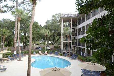 Remodeled Oceanfront Villa, Private Balcony, Onsite Sundeck and Pool - Hilton Head Island - Villa