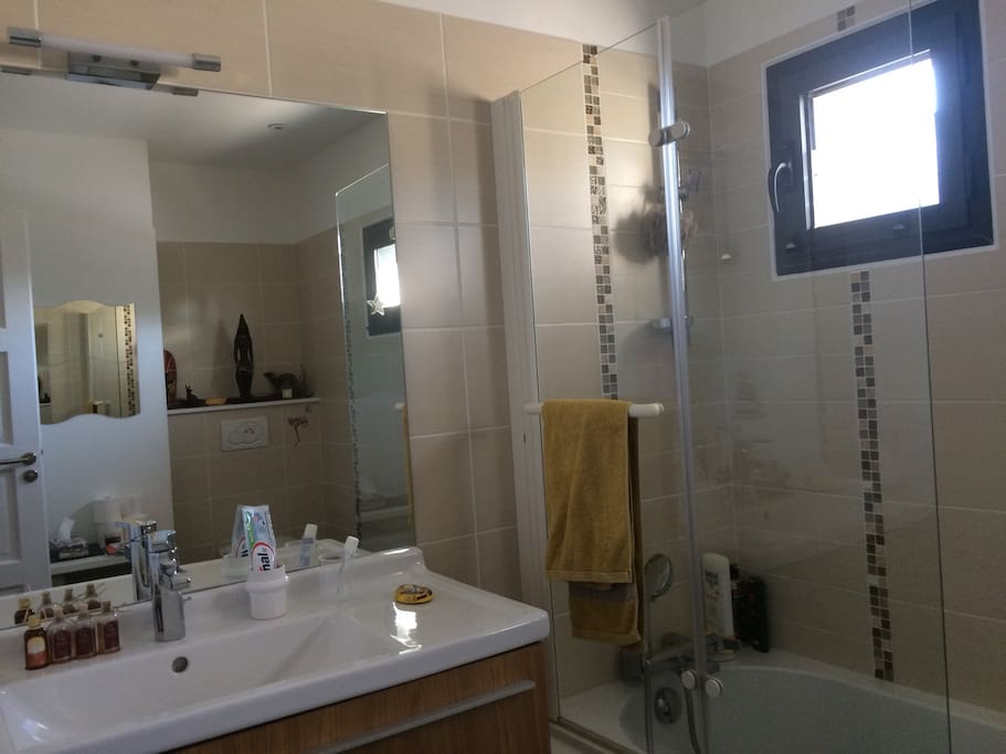 Salle de bain  avec baignoire et wc privatifs