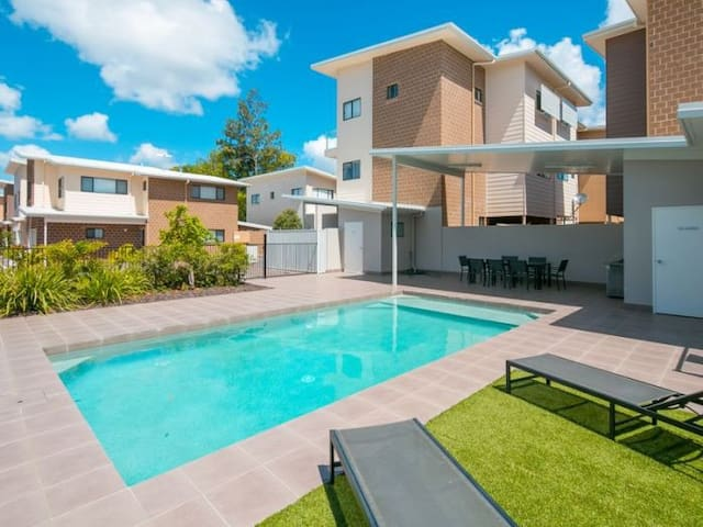 COZY DOUBLE BED + TV + Wi-Fi & POOL - Capalaba - วิลล่า