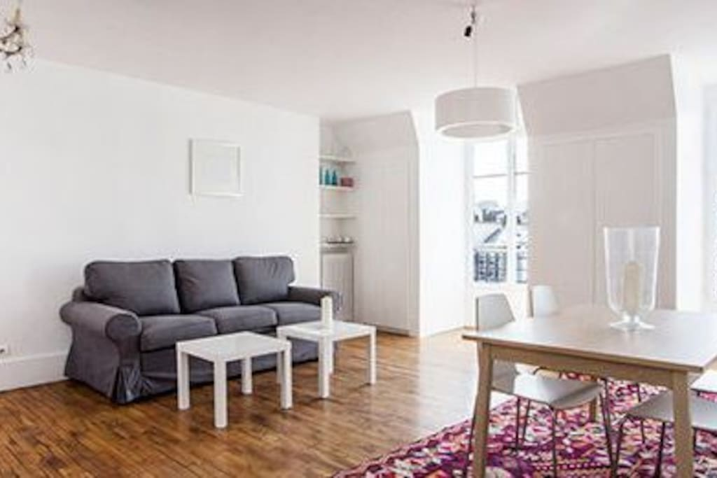 un salon éclairé par 4 fenêtres traversantes, au 6ème étage sur une rue très calme et une cour lumineuse