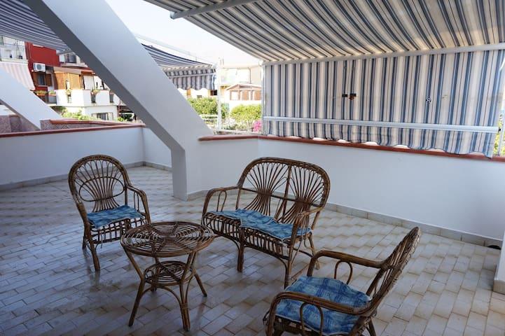 Квартира с большой террасой, 200 метров от моря.