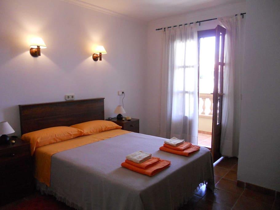 habitación doble, con cama matrimonial y salida al balcon