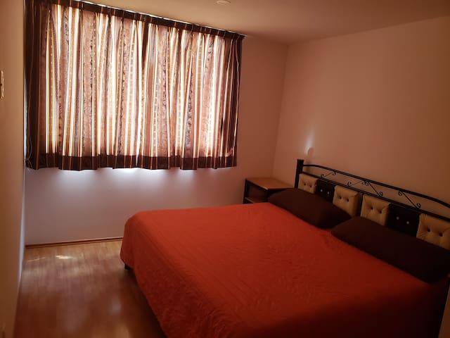 Casa minimalista habitación ventana en planta alta