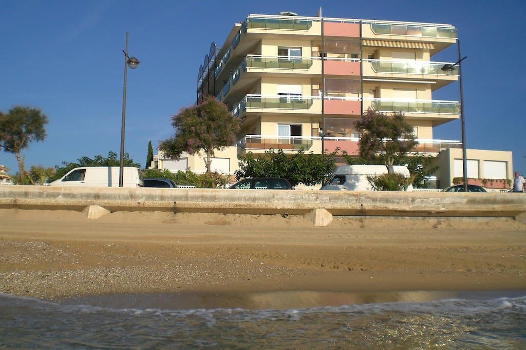 La plage est juste devant la résidence