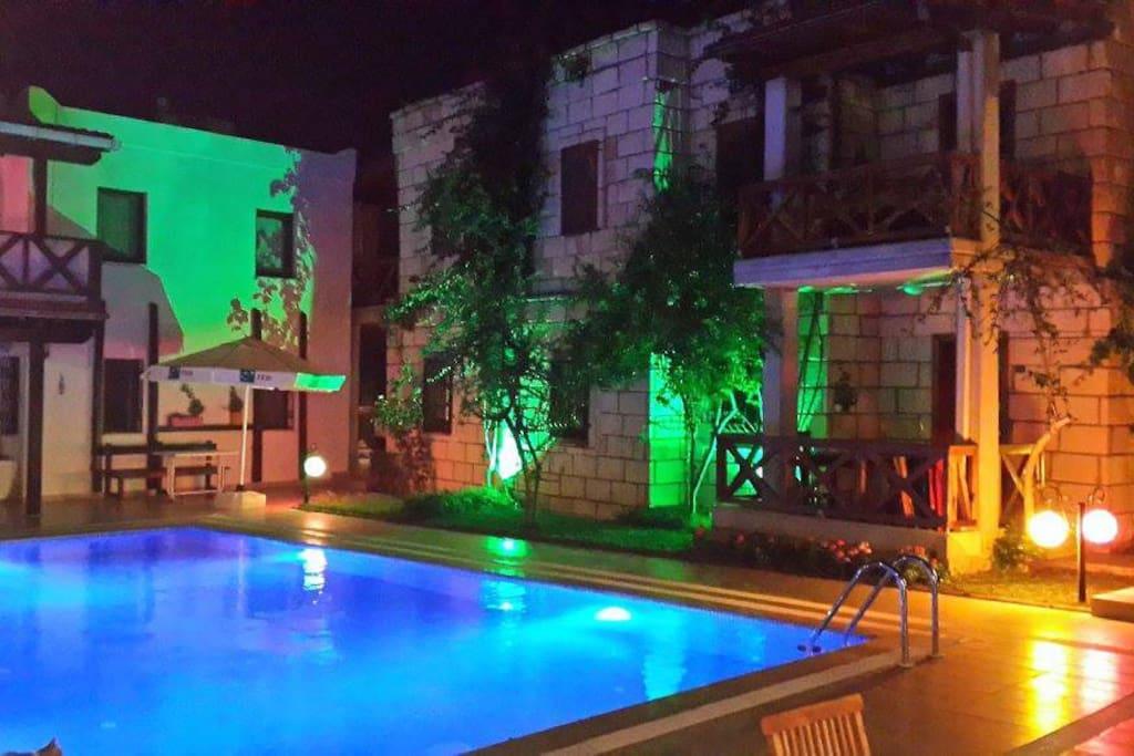 Havuzun keyfini gece-gündüz çıkarabileceksiniz.