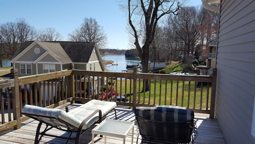 Lake view, large yard, handicap accessible. - Sherrills Ford - Haus