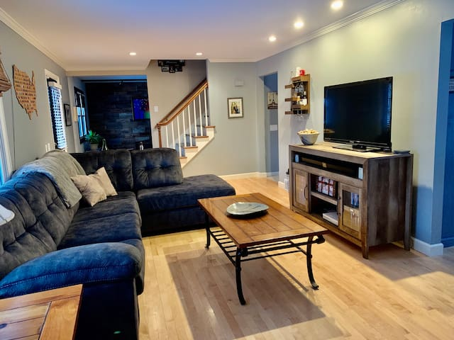 Spacious North Shore Home, stay here for EAA!