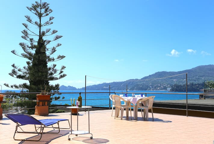 Pini - steps from the beach, parking and WiFi