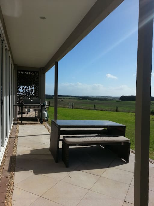 Stylish, large 2 bedroom unit with 2 bathrooms. Quiet location central on the Island. Stunning views across Phillip Island farmland.