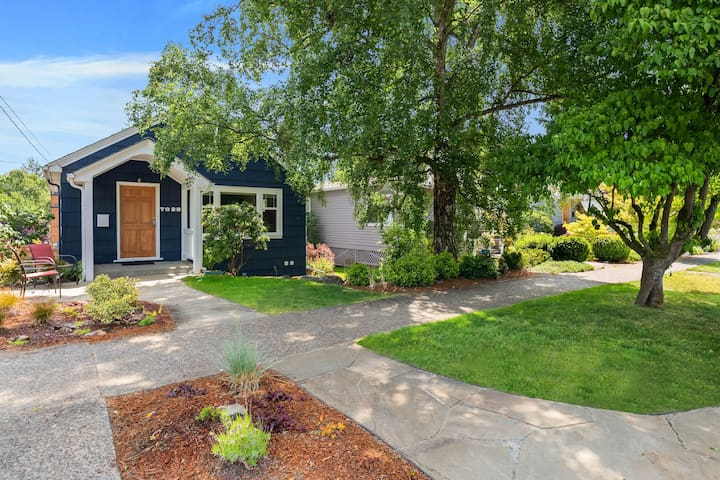 Charming cottage in amazing Seattle neighborhood - only 15 minutes to downtown!