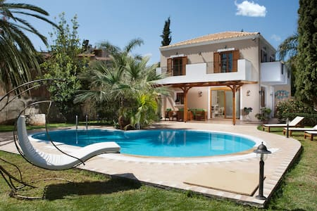 Villa on Crete for 6 with heated Pool
