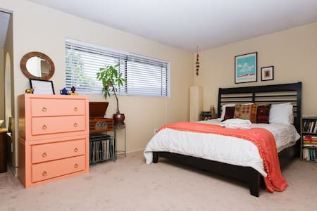 Large Room in OC - 5 mi to Disney! - オレンジ