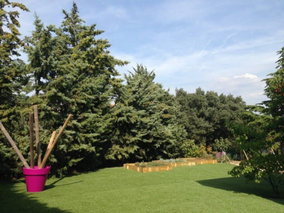 jardin côté opposé à la piscine avec carrés potager