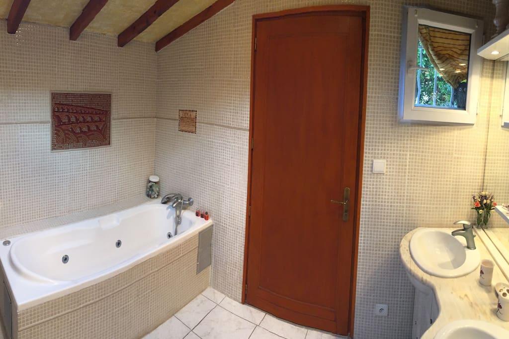 chambre d 39 h te priv e avec terrasse g stehaus zur miete in villeneuve l s avignon occitanie. Black Bedroom Furniture Sets. Home Design Ideas