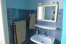 La salle de bain n'est pas de première jeunesse, mais elle est spacieuse et propre.