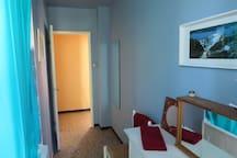 Vue de l'intérieur de la salle de bain vers le couloir.
