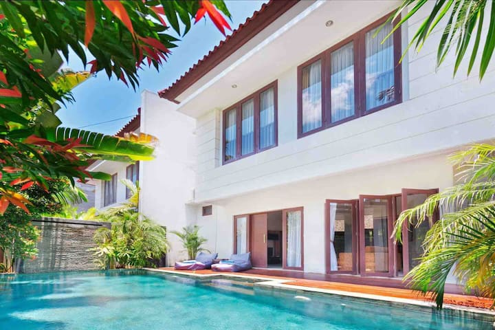 GRAND VILLA BALE DELUXE 4 BR SUNSET ROAD SEMINYAK