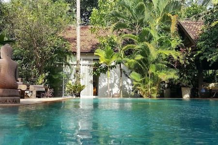 Private bungalow with pool in villa - เสียมราฐ