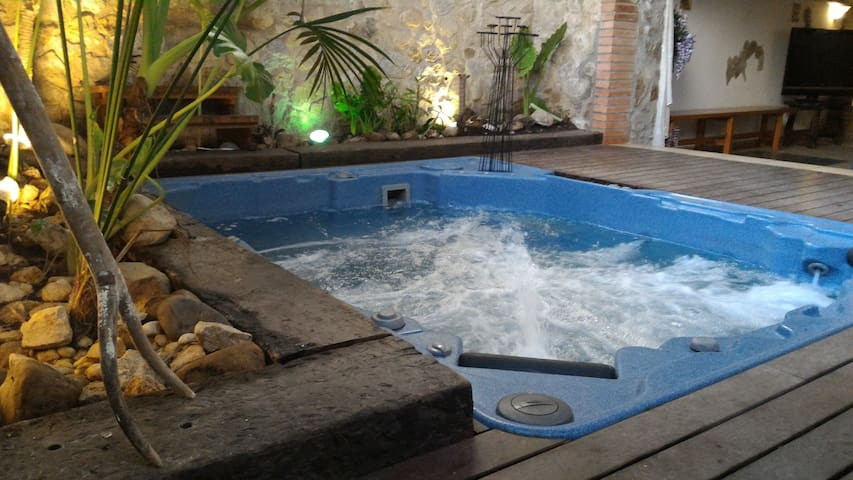 Old typical catalan house with jacuzzi - Capmany