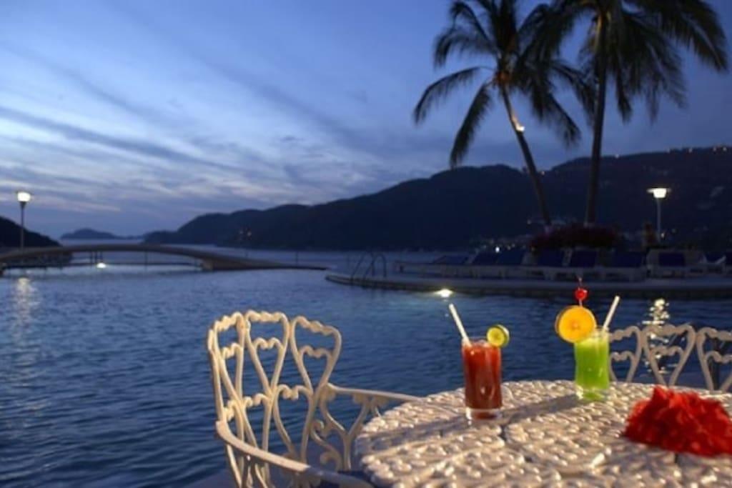 alberca infinita y bebidas tropicales