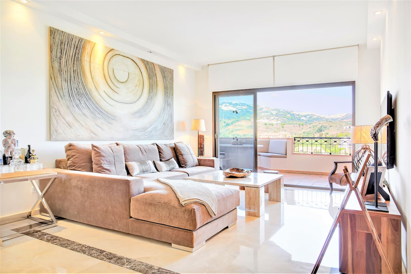 With views to die for and all-day sun streaming in from every angle, your holiday home invites you to enjoy the beauty of Marbella's stunning landscape every minute of every day.