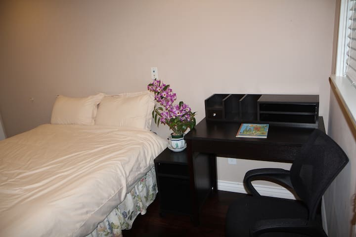 Room w/ separate private entrance, Walk to Nvidia!