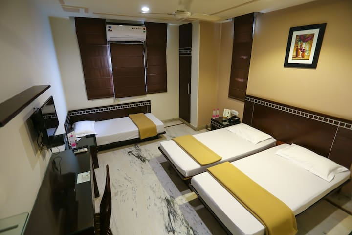 Room for 3 near  New Delhi Station & City Centre3