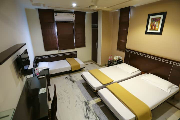 Room for 3 near  New Delhi Station & City Centre3