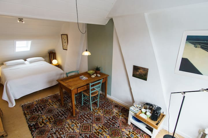 Spacious, quiet,3-bed room in the historic centre.