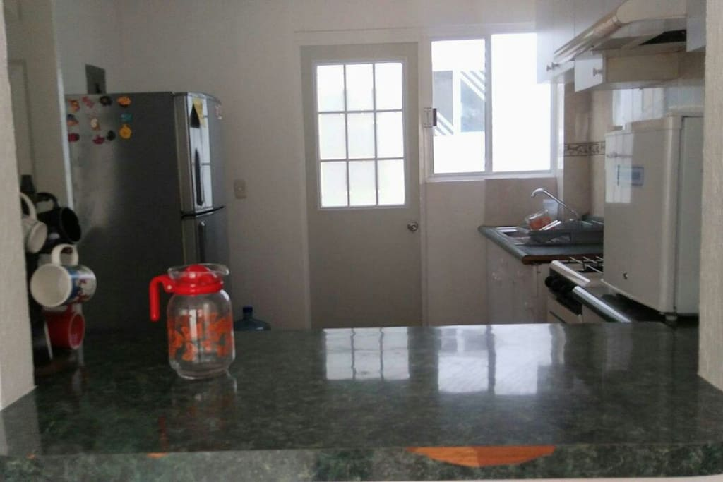 Cocina completa con refrigerador, horno de microondas, trastes y utensilios