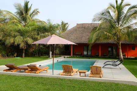 Villa avec piscine près de l'océan.