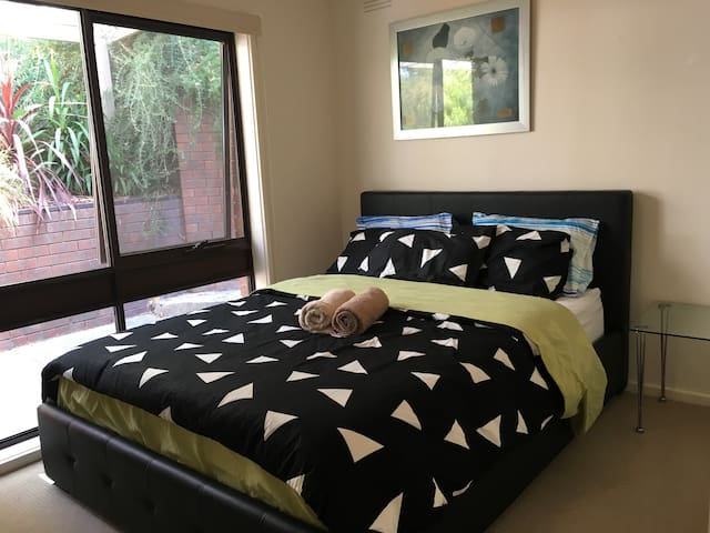 6. A comfortable room in greensborough - Greensborough - House