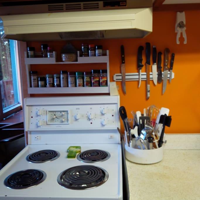 Full range.  Plenty of Pampered Chef cooking utensils