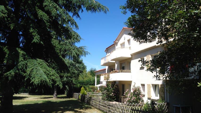 Chambre calme avec balcon vue parc, pt dej offert - Annonay - Társasház