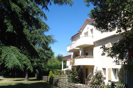 Chambre calme avec balcon vue parc, pt dej offert - Annonay - Kondominium