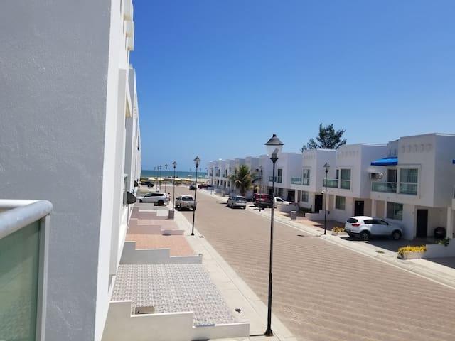 Casa en urbanizacion con acceso privado al mar.