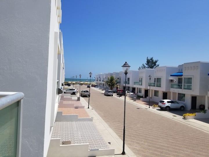 Casa en urbanizacion frente al mar