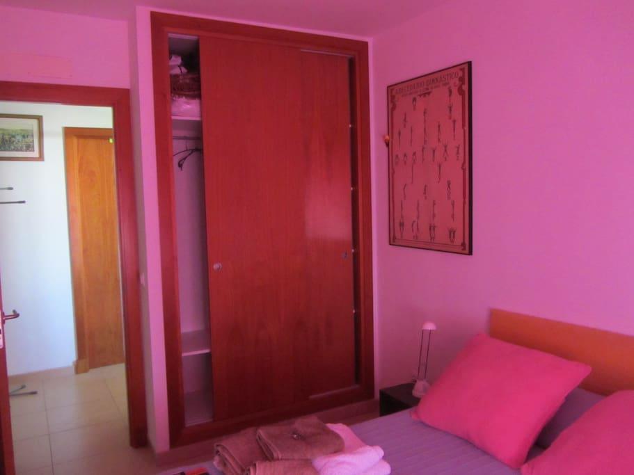 Habitación y armario empotrado