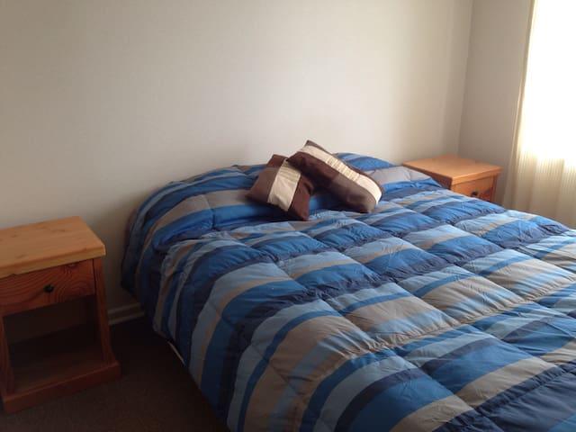 Comoda cama de dos plazas con veladores de madera