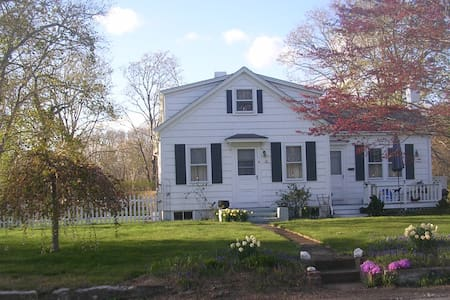 Coastal Country RI ~ B's BUNGALOW ~ PET FRIENDLY - Little Compton
