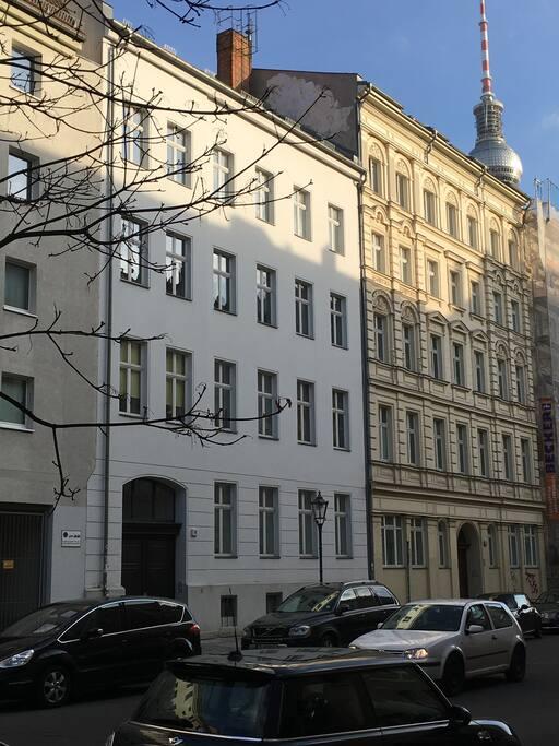 Das Haus mit unserer Wohnung ist grundsaniert und Top in Schuss. Ein Altbau aus dem Jahr 1900. Die Wohnung ist im Hof im einzigen Seitenflügel. Sehr hell und ruhig.  // Our flat is in this refurbished buildung from 1900. The flat is in the backyard. So it is realy quiet - in the very center of Berlin.