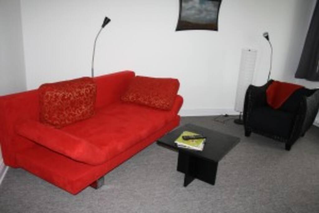 Die gemütliche Sitzecke im Wohnzimmer: Fernseher, Wlan und Hifi vorhanden.
