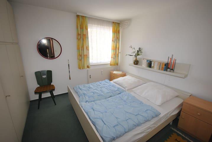 værelse med dobbeltseng