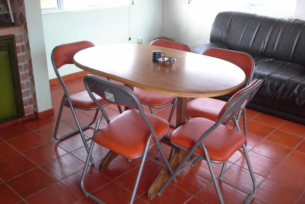 Comedor con mesa ovalada para 5 personas