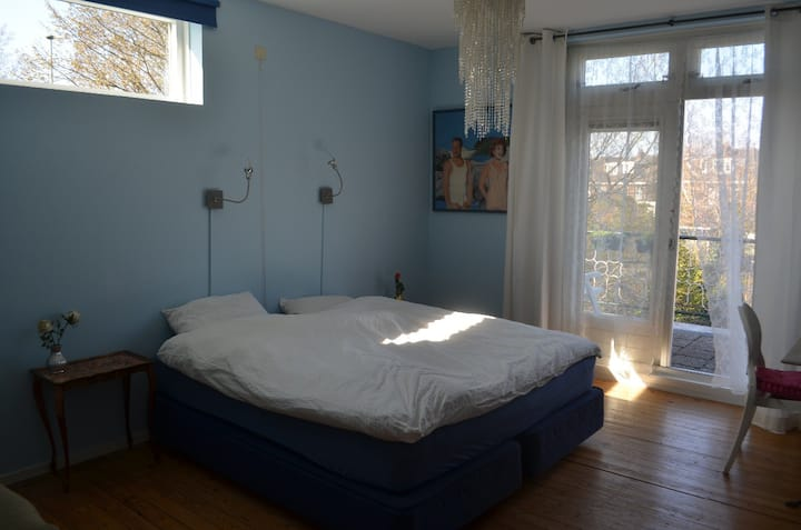 Sfeervolle kamer met ruim balkon