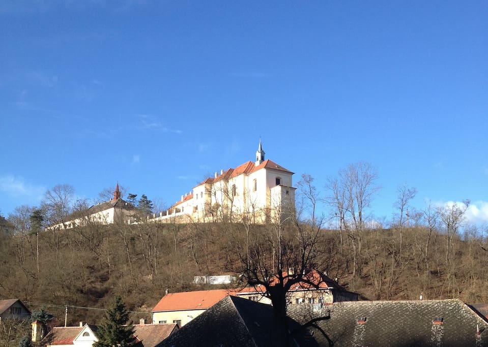 Výhled na zámek Nižbor