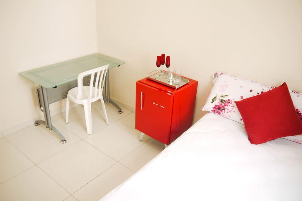 Quarto com 1 cama de casal, ar condicionado, tv a cabo, frigobar e mesa de apoio.