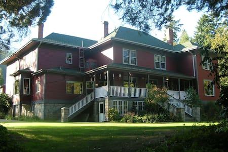 Sasquatch Crossing Eco Lodge B&B - Harrison Mills