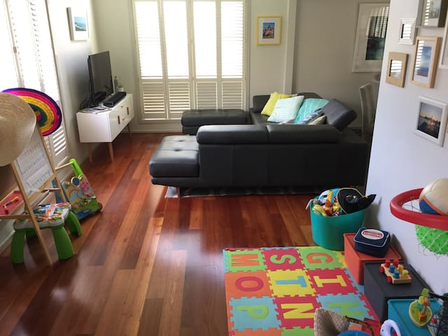 Perfect home for young families - 15km from city! - Altona North - Huis