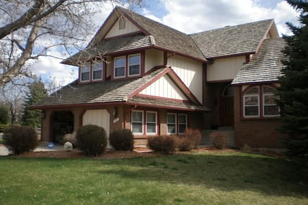 COZY HOME W/ LUXURIOUS LOWER LEVEL - Centennial - Dom